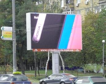 Киев, 2011 год. Монтаж LED-экрана SEA на бульваре Дружбы Народов
