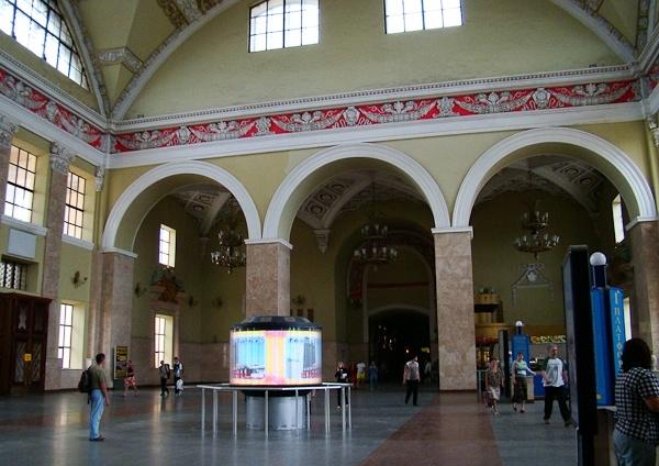 Круглый светодиодный экран SEAТМ был установлен в центральной части харьковського вокзала