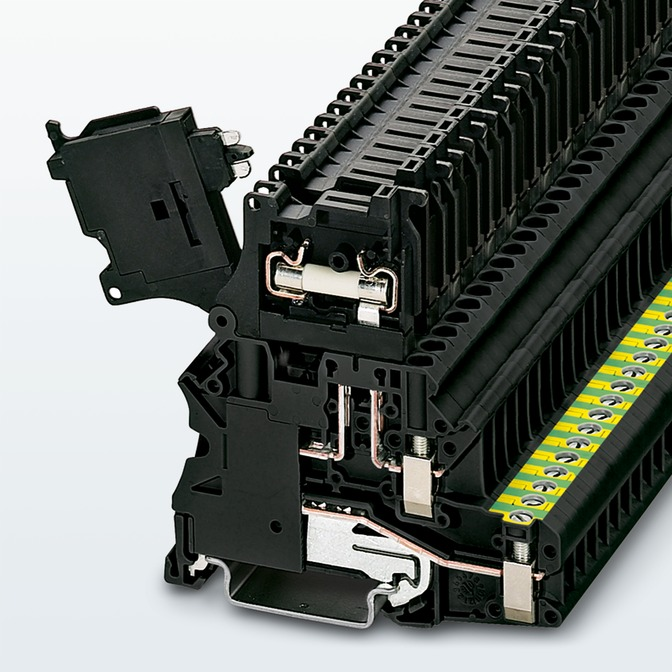 Space saving terminal blocks with fuse holders