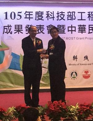 Д-р Адам Хо, который представлял компанию MEAN WELL, получает награду