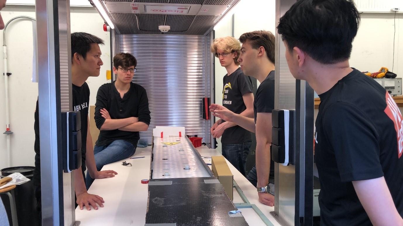 Инженеры MEAN WELL и Solar Team Eindhoven