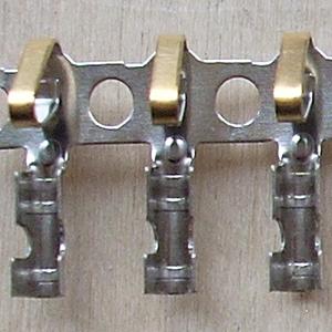 Несущая лента расположена между контактами. Контакты на такой ленте предназначены только для использования на автоматизированном оборудовании и не могут быть использованы для опрессовки ручным инструментом.