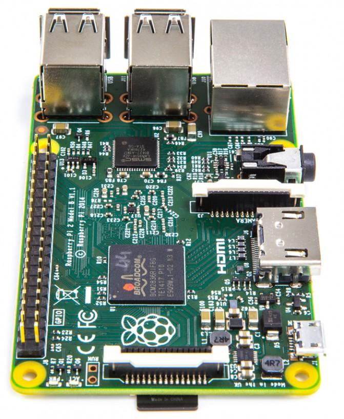 Новинка оснащена четырехядерным процессором Broadcom BCM2836 ARM Cortex-A7 900 ГГц с интегрированным графическим ядром VideoCore IV GPU и несет на борту 1 Гб ОЗУ.