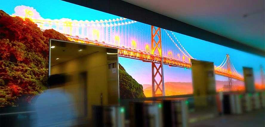 В теле светодиодного экрана имеются проемы, открывающие проход в коридоры, ведущие к лифтам здания