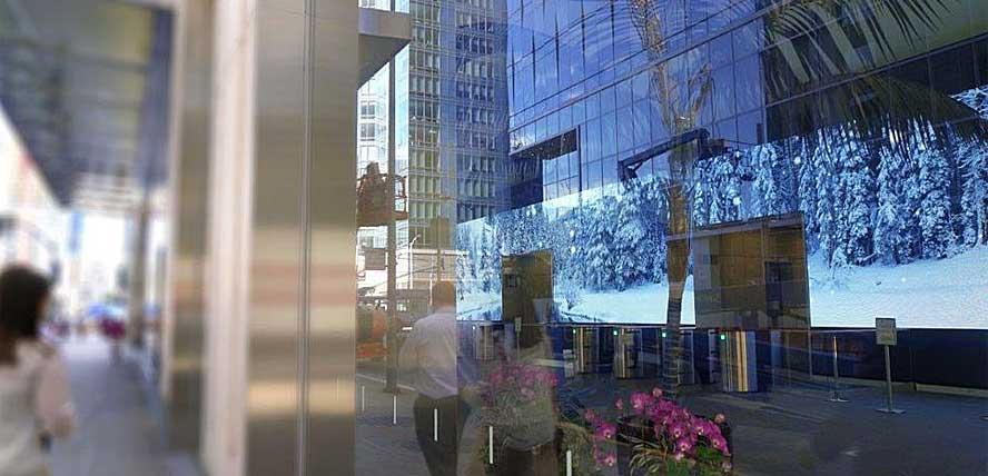 прохожие могут полюбоваться сквозь огромные витрины первого этажа удивительным светодиодным экраном, растянувшимся на всю длину холла