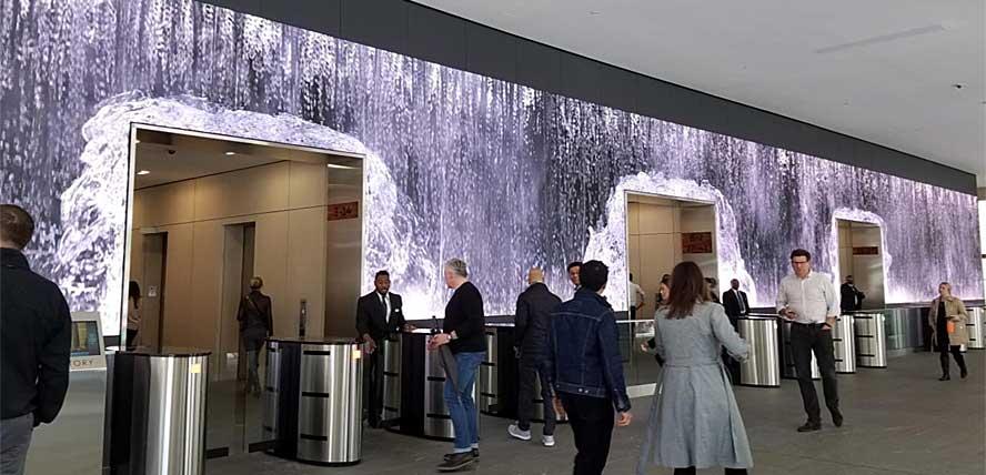 Водопад не стал фоном для основного сюжета или частью сюжета. Он сам и есть главный сюжет