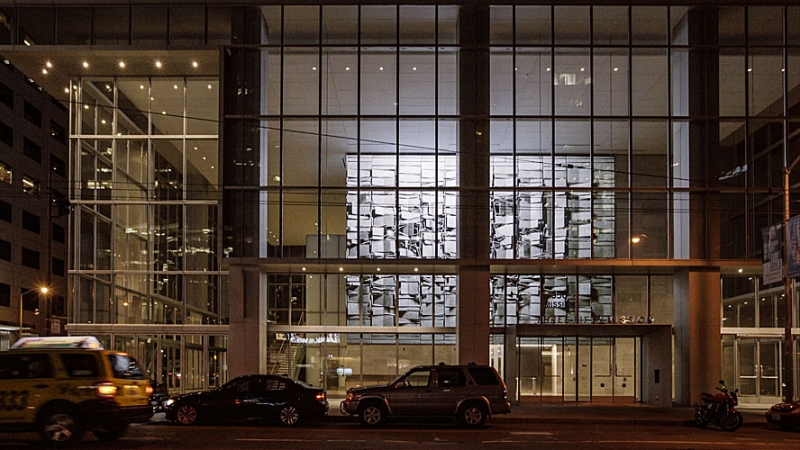 Фойе нового офисного здания было спроектировано таким образом, чтобы видео контент со светодиодного экрана был виден людям даже за его пределами