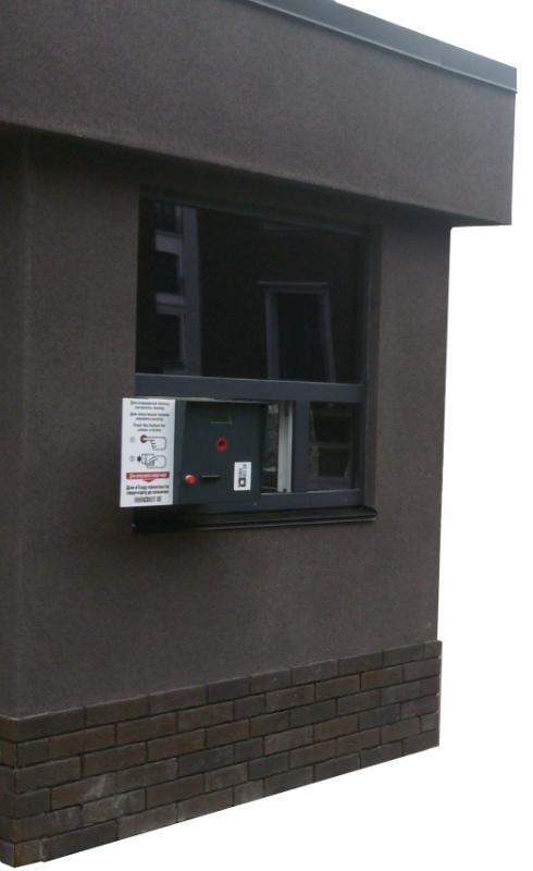 Стойка въездная встроенная в будку оператора парковки на объекте