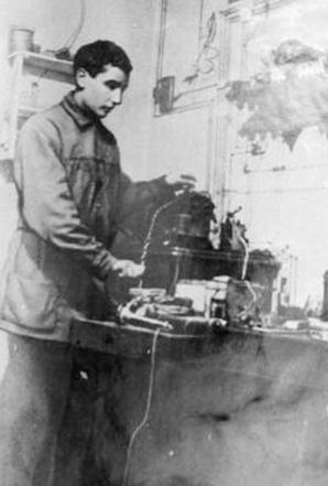Русский инженер и изобретатель Олег Лосев сумел получить свечение на границе полупроводникового перехода сталь-карборунд